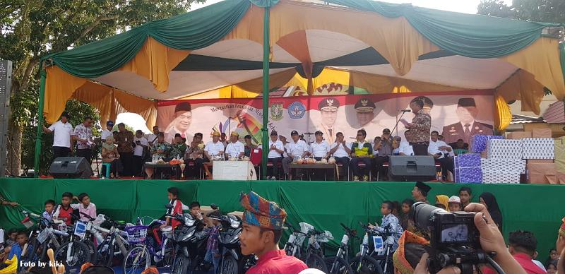 Kemendikbud Serahkan Kartu Indonesia Pintar di Provinsi Riau